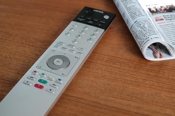 Wenn die treue Fernbedienung defekt wird, ist eine Ersatzfernbedienung oft die günstigste und schnellste Lösung um den Fernsehabend zu retten