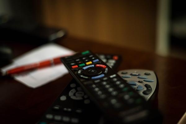 Wer gerne seine Fernbedienungen ersetzen möchte, oder statt zahlreichen Fernbedienung nur eine Fernbedienung für alle Fernseher einsetzen möchte, der kann den Einsatz einer Universalfernbedienung prüfen.