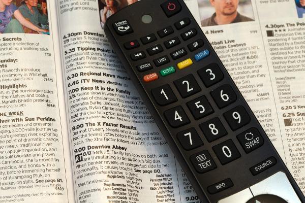 Die Fernbedienung für alle Fernseher begleitet uns treu durch den Fernsehabend.
